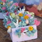 Centro de flores secas en caja de madera