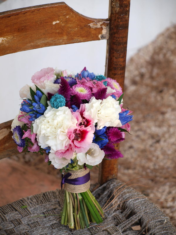 ramo de novia en tonos rosas, azules y blancos.