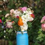 Flores en bote azul