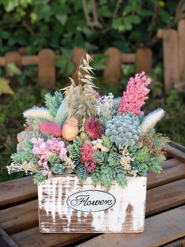 Centro de flores en caja de madera archivos flores en el columpio - Flores secas decoracion ...