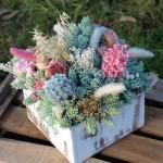 centro de flores en caja de madera