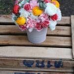 Centro de flores naturales con ranúnculos, claveles, eucalipto, ...