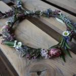 Corona de flores naturales con olivo