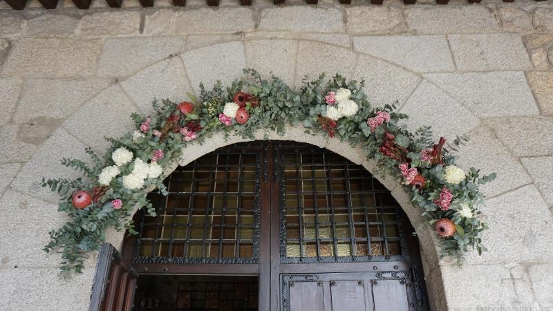 Decoracion del arco de iglesia con flores