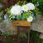 Hortensias blancas, solidago, margaritas y dalias para un día especial.