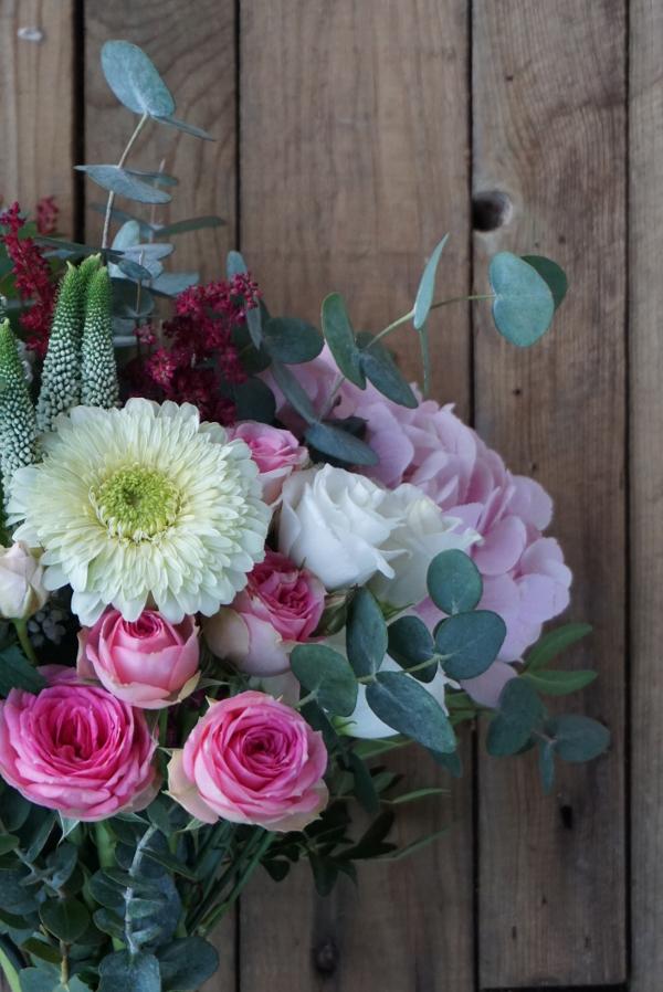 Ramo con hortensias y rosas ramificadas