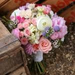 Ramo de novia con peonía y rosa color fresa