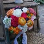 Ramo de novia colorido con jacientos, claveles, ranúnculos, ...