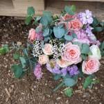 Ramo de novia con eucalipto, rosas y estatice