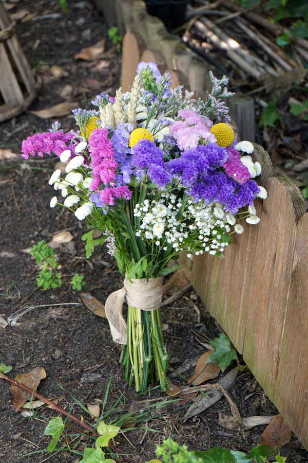 Ramo De Novia Con Siemprevivas Flores En El Columpio
