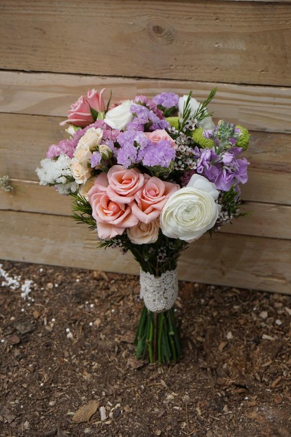 Ramo de novia con siemprevivas, rosas ramificadas, ranúnculos y botón verde