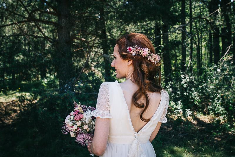 Tocado y ramo preservado silvestre con rosas ramificadas