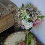 Ramo de novia con astilbe, alheli, astrantia y trigo